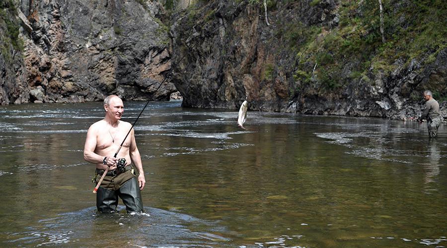 Siberian adventure: Putin takes short break to spearfish, hike & sunbathe (PHOTOS, VIDEOS)