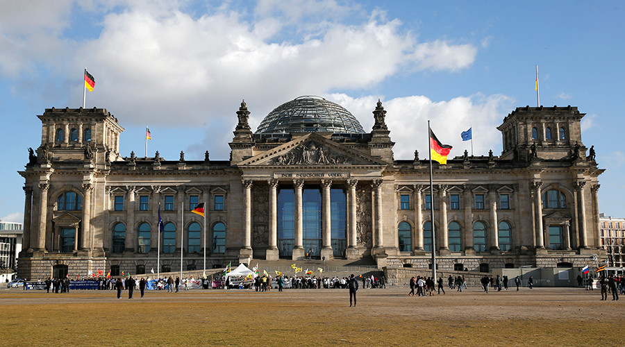 Chinese tourists arrested in Berlin for Nazi salute at Reichstag