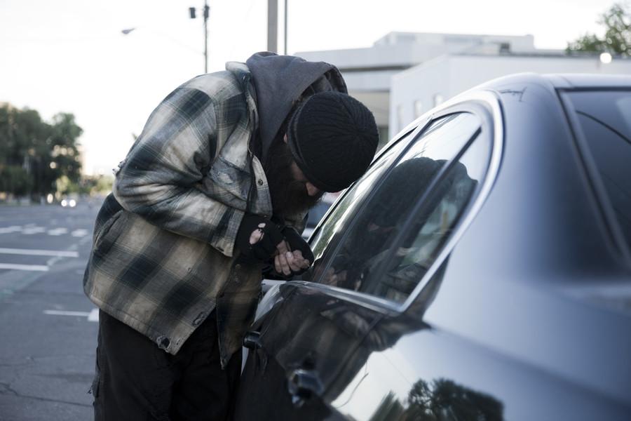 Caught red-bottomed: Pantless carjacker dragged along road (VIDEO)