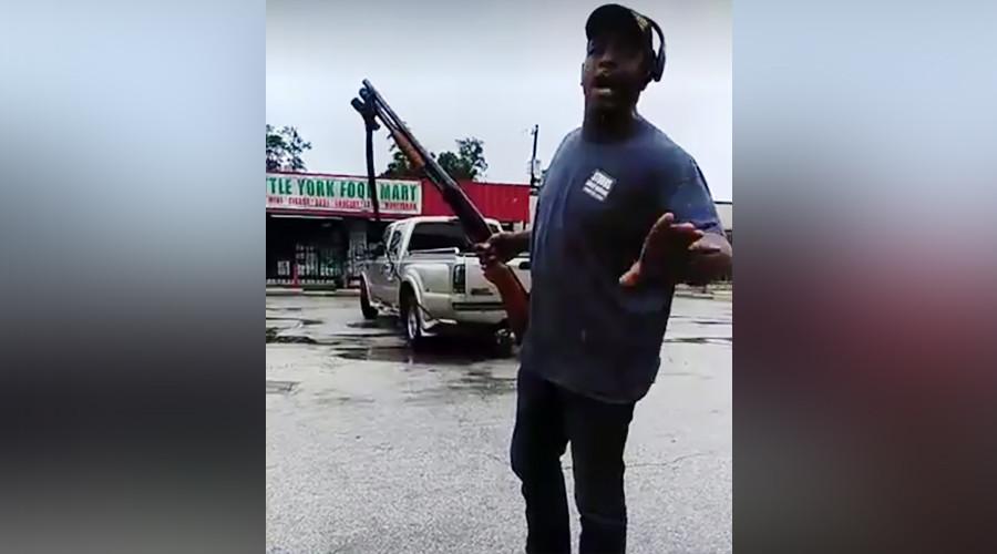 'That's a f**kin hero!': Ex-SWAT team deputy fends off Houston looters with shotgun (VIDEO)
