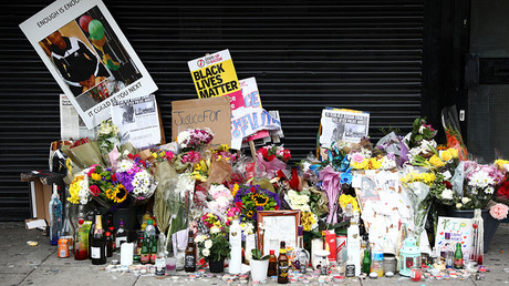 Floral tributes are left after the death of Rashan Charles outside a shop in east London, Britain July 29, 2017. © Neil Hall