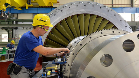 A Siemens worker monitors a turbine in the final assembly stage © Maurizio Gambarini / Global Look Press