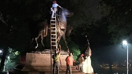 Workers remove the monuments to Robert E. Lee from Wyman Park in Baltimore, Maryland, US August 16, 2017 © Alec MacGillis