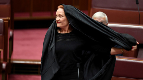 Australian One Nation party leader, Senator Pauline Hanson pulls off a burqa in the Senate chamber at Parliament House in Canberra, Australia, August 17, 2017 © Mick Tsikas