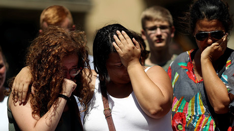 People react at an impromptu memorial a day after a van crashed into pedestrians at Las Ramblas in Barcelona, Spain August 18, 2017 © Susana Vera