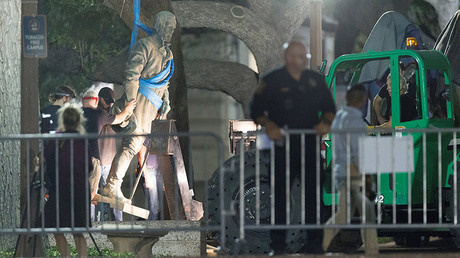 Workers remove Confederate General Robert E. Lee statue from the south mall of the University of Texas in Austin, Texas, U.S., August 21, 2017. © Stephen Spillman