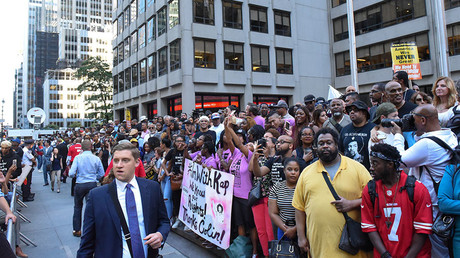 A crowd gathers to protest against the NFL and in support of Colin Kaepernick in New York, August 23, 2017 © Stephanie Keith