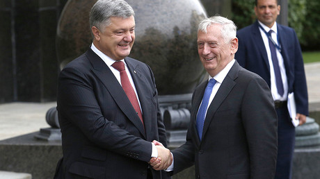 Ukrainian President Petro Poroshenko (L) shakes hands with US Secretary of Defense Jim Mattis before their meeting in Kiev on August 24, 2017 © Anatolii Stepanov