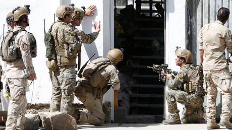 Afghan security forces arrive at the site of a suicide attack followed by a clash between Afghan forces and insurgents after an attack on a Shi'ite Muslim mosque in Kabul, Afghanistan, August 25, 2017 © Omar Sobhani