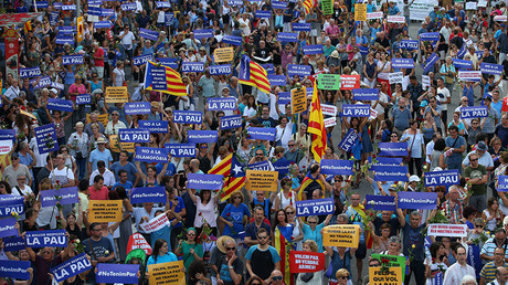People hold placards and flag as they take part in a march of unity after last week attacks, in Barcelona, Spain, August 26, 2017 © Albert Gea