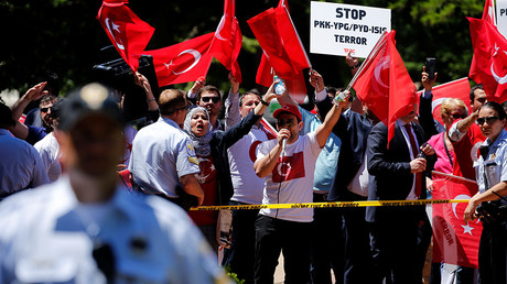 A group of pro-Erdogan demonstrators shout slogans at a group of anti-Erdogan Kurds in Lafayette Park as Turkey's President Tayyip Erdogan met with U.S. President Donald Trump nearby at the White House in Washington, U.S. May 16, 2017. © Jonathan Ernst