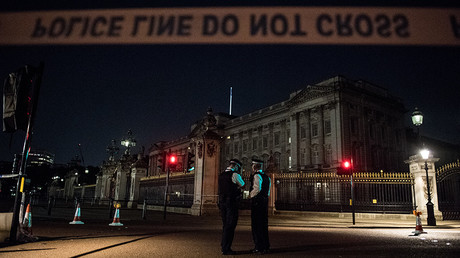 Police officers stand guard at a police cordon next to Buckingham Palace in London on August 26, 2017 © Chris J Ratcliffe
