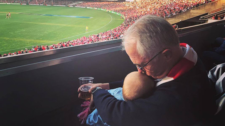 Aussie PM defends baby & beer photo after online uproar (PHOTO)