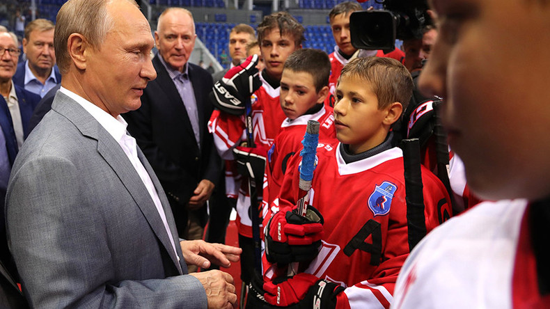 Putin & the puck: Russian president attends junior hockey match with 'Super Series' legends