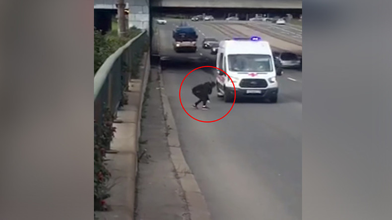 Kitten rescue: Girl risks life & limb to retrieve cat from busy main road in St Pete (VIDEO)