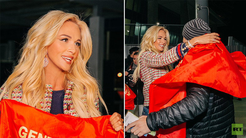 'Warm welcome': Russia 2018 ambassador Lopyreva greets Man Utd fans in Moscow (PHOTOS, VIDEO)