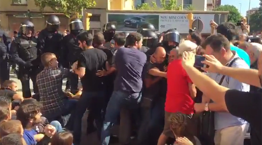 Clashes with police in Catalonia as authorities make arrests in referendum crackdown (VIDEOS)