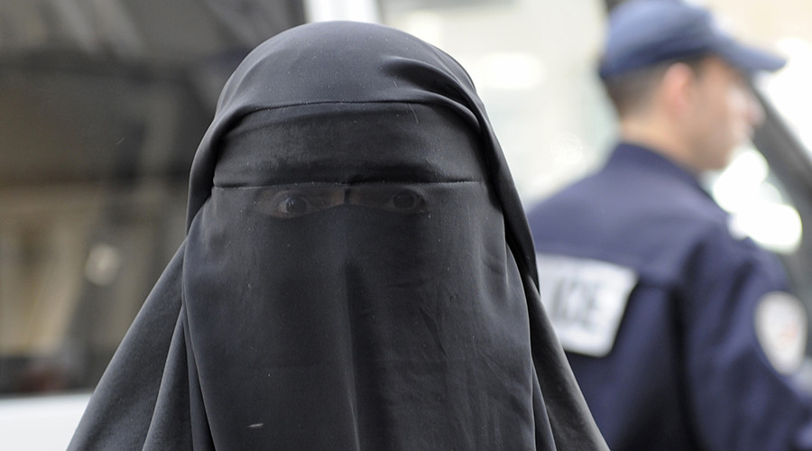 Show your face or face a fine: Austrian authorities distribute flyers about burqa ban