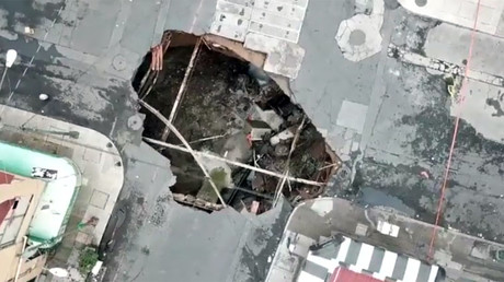 Sinkhole v SUV: Dramatic battle ends with crane intervention (VIDEO, PHOTO)