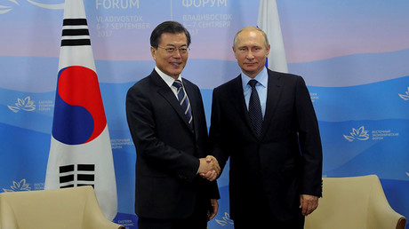Russian President Vladimir Putin and his South Korean counterpart Moon Jae-in shake hands during a meeting at the Eastern Economic Forum in Vladivostok, Russia September 6, 2017. © Mikhail Klimentyev