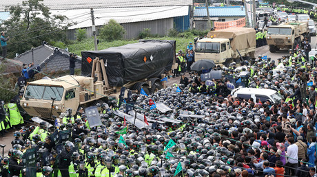 Thousands of South Korean police gathered in the village of Soseong-ri, South Korea, to break up a blockade of around 300 villagers and civic groups opposed to THAAD (Terminal High Altitude Area Defense) system. © Min Gyeong-seok