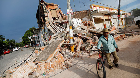 A man stands with a bicycle near a building destroyed by an earthquake that struck off the southern coast of Mexico late on Thursday, in Juchitan, Mexico, September 8, 2017 © Edgard Garrido