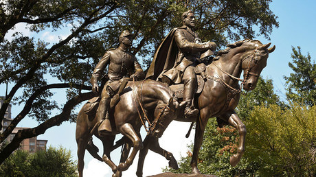 FILE PHOTO: The statue of Robert E. Lee is seen in Dallas, Texas. © Rex Curry