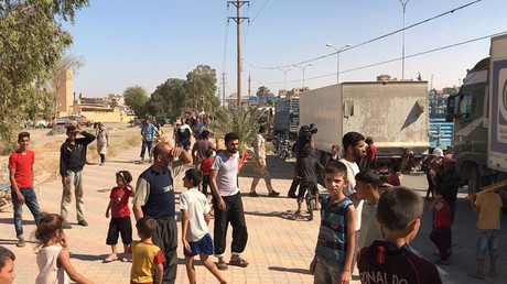 Residents of Deir ez-Zor, Syria welcome a truck convoy with medicines and food © Mikhail Alayeddin