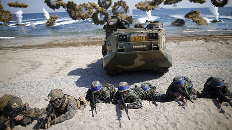South Korean and U.S. Marines take positions as amphibious assault vehicles of the South Korean Marine Corps fire smoke bombs during a U.S.-South Korea joint landing operation drill in Pohang, South Korea © Kim Hong-Ji