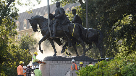 City of Dallas removes the statue of Confederate general Robert E. Lee in Dallas, Texas, U.S., September 14, 2017 © Rex Curry