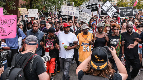 Protestors lock arms in unison and march during the third day of protests in front of the St. Louis Metropolitan Police station over the not guilty verdict of the killing of Anthony Lamar Smith by police officer Jason Stockley. © Richard Ulreich / Global Look Press