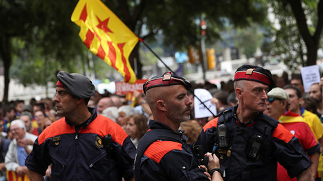 Catalan regional police officers stand in front of protesters who gathered in support of Catalan officials arrested in raids on government offices, outside a courthouse in Barcelona, Spain September 22, 2017 © Susana Vera