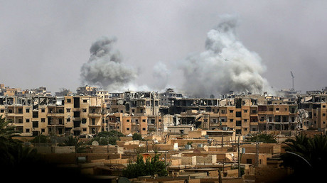 A picture taken on September 5, 2017 shows smoke billowing out following a coalition air strike in the western al-Daraiya neighbourhood of the embattled northern Syrian city of Raqa. © Delil Souleiman