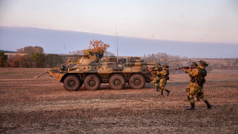 Russian troops & heavy hardware honing skills in tactical war game (PHOTOS, VIDEO)