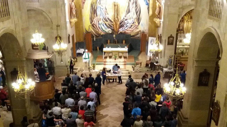 Catalan activists escape Spanish crackdown by counting votes at church altar (VIDEOS)