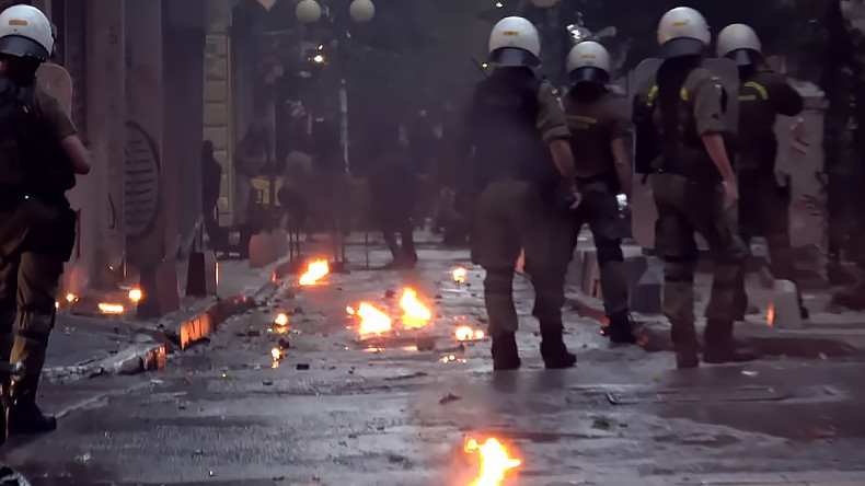 Anarchists throw petrol bombs and stones in clashes with police in Athens (VIDEO)
