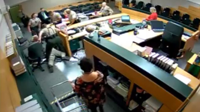 Suspect charges at clerical assistant as court appearance goes awry (VIDEO)