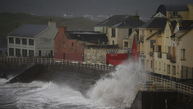 Storm Ophelia kills 3 as hurricane-force winds spark national emergency in Ireland (VIDEOS)