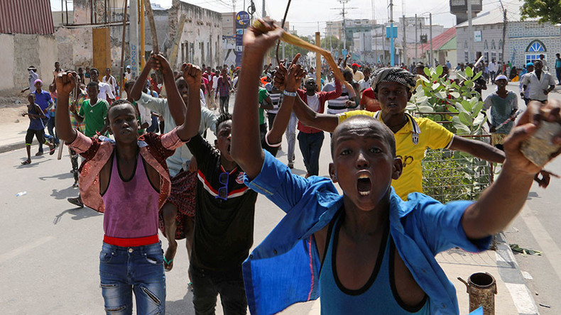 1,000s protest Somalia's deadliest attack, reportedly staged in revenge for govt & US joint raid