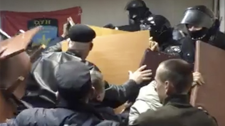 Police storm Kiev court occupied by nationalists, force way through barricades (VIDEOS)