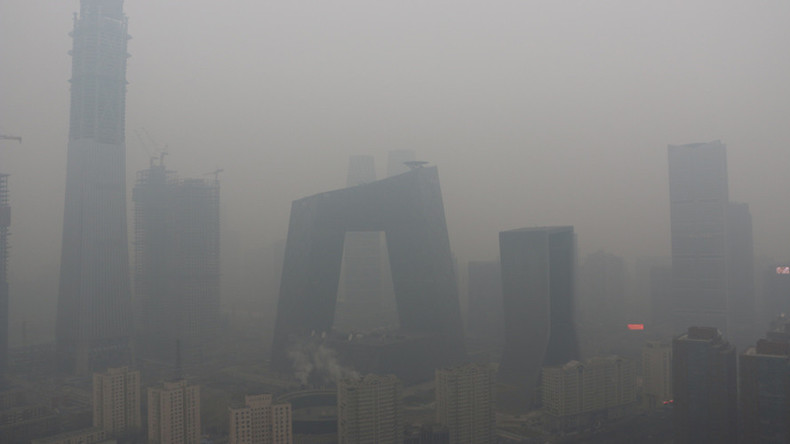 'Pollution season on': Smog shrouds Beijing & suburbs, causes roads closures (PHOTOS, VIDEO)