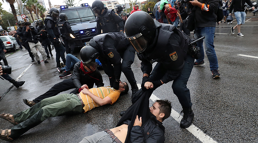 Catalonia: Police fire rubber bullets in clash with voters (VIDEOS, PHOTOS)