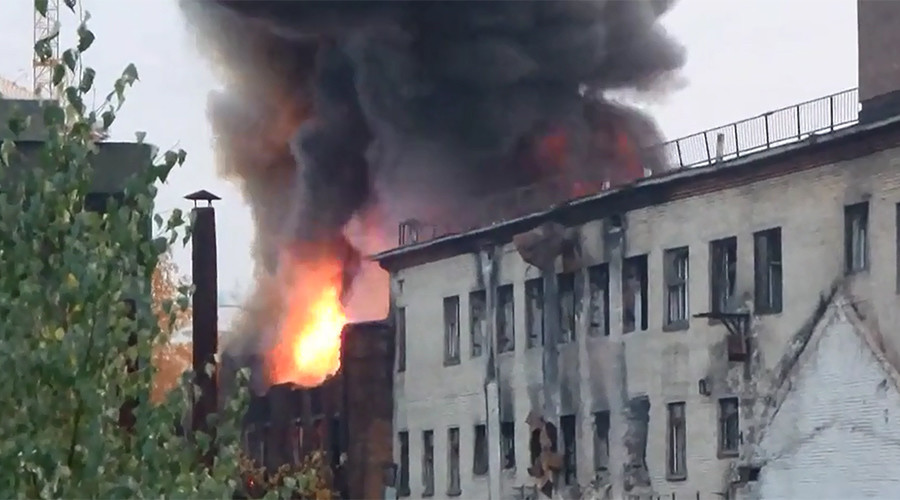 Wall of fire: Oil pipe leak sparks huge blaze in Russian village (VIDEO)