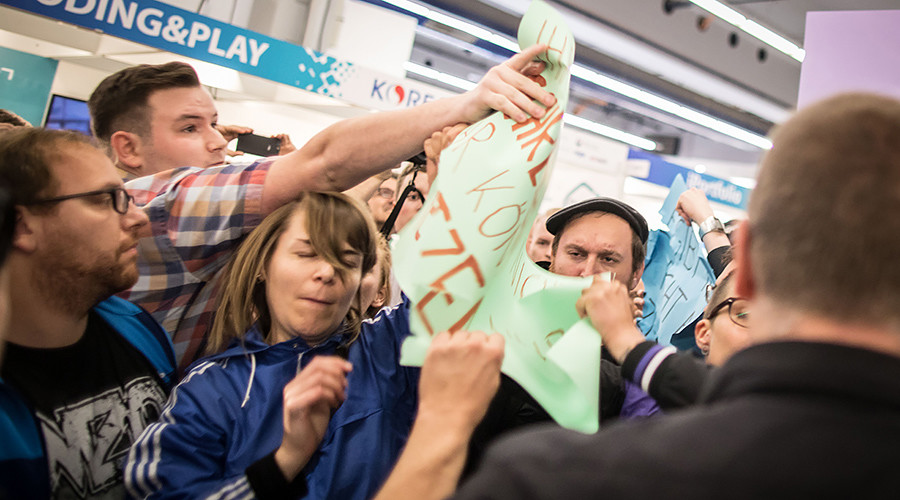 Bedlam over books: Left- & right-wing activists face off at Frankfurt fair (VIDEO)