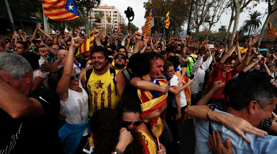 Crowd in Barcelona erupts in cheering as Catalan parliament declares independence (VIDEO)