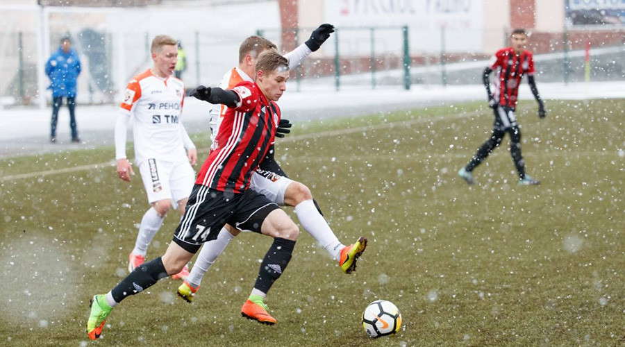 Ruthless Russian football: 'Sole spectator' braves snowstorm in youth league match (VIDEO)