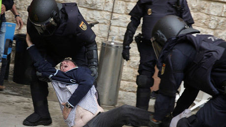 Spanish police scuffle with a man outside a polling station for the banned independence referendum in Tarragona, Spain, October 1, 2017 © David Gonzalez