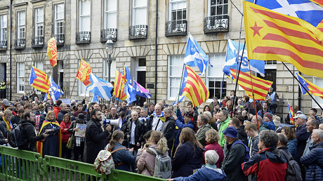 Scottish nationalists protest in solidarity with Catalonia outside the European Commission offices, Edinburgh. © Corbis / Getty Images