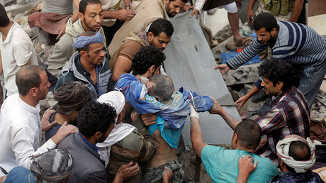 People recover the body of a man from under the rubble of a house destroyed by a Saudi-led air strike in Sanaa, Yemen August 25, 2017. © Khaled Abdullah