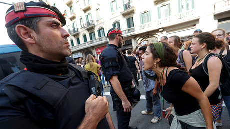 A woman shouts slogans against Spanish National Police during a gathering outside National Police police station, in Barcelona, Spain October 2, 2017. © Yves Herman